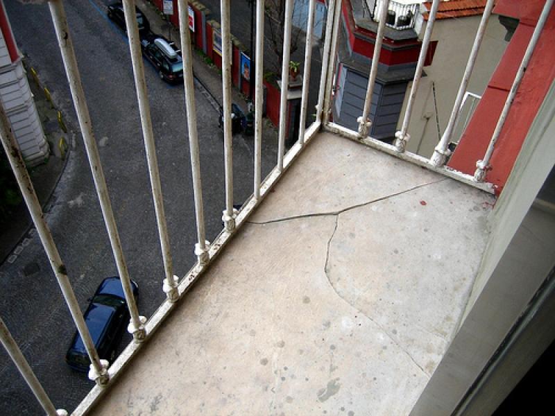 Оренбуржец в санкт-петербурге выпал с балкона квартиры на 5 .