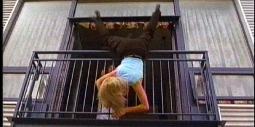 В новокузнецке 13-летняя девочка упала с балкона.